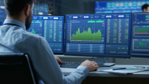 Nad ramenem Pohled na burzu Obchodník Práce na počítači s více monitory Zobrazení skladových položek a grafů.