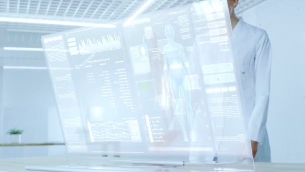 A futurisztikus laboratóriumi munka női tudós átlátszó kijelzőjét megpróbálják meghosszabbítja az emberi élet. Képernyő mutatja a különböző emberi kapcsolódó Infographics és adatok.
