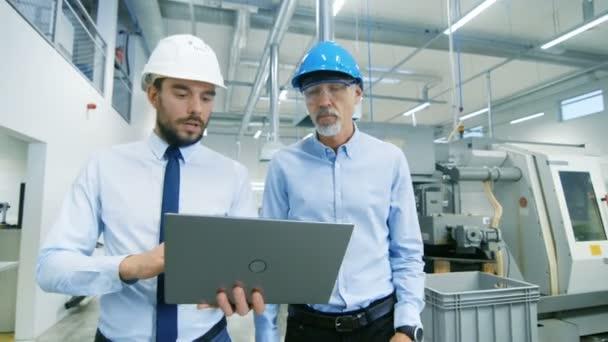 Vedoucí Projektu Laptop Popisuje Podrobnosti Produktu Hlavní Inženýr  Zatímco ... a50acd2588
