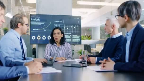 Im Konferenzraum diskutieren erfolgreiche Geschäftsleute über die Belange des Unternehmens. sie arbeiten am Wachstum eines Unternehmens, an Aktiendiagrammen und Statistiken.