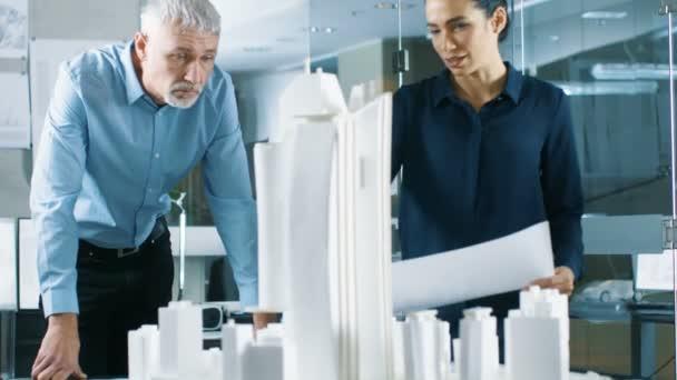 Az építészeti iroda két szakmai mérnökei működik egy modell a kerületben. Városi tervezők munkája az épület funkcionális modell.