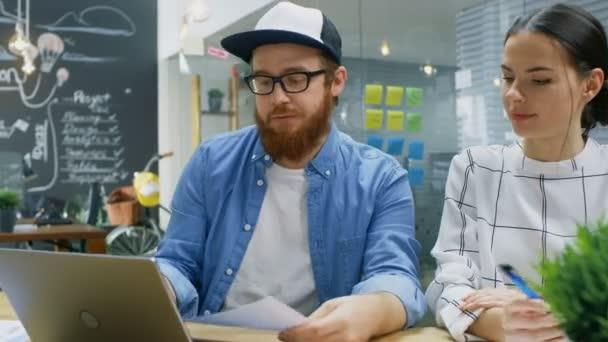 Kreativní tým mladých vývojářů mají denní schůzky, kde jejich diskutovat o pokračující projekt, pomocí přenosného počítače, poradenství různé údaje. Stylový lidé v moderní kancelářské prostory