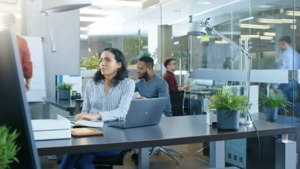 Time-Lapse pracovního dne krásné hispánský podnikatelka. Pracuje v rušné mezinárodního úřadu, kde rozmanitý tým talentovaných mladých lidí se na notebooky, mají schůzky, diskuse.