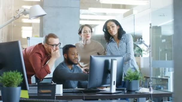 V podnikové síti zaneprázdněn tým různorodých mladých kreativních lidí práce na řešení problému. Společně se snaží pomoci spolupracovníka k vyřešení problému.