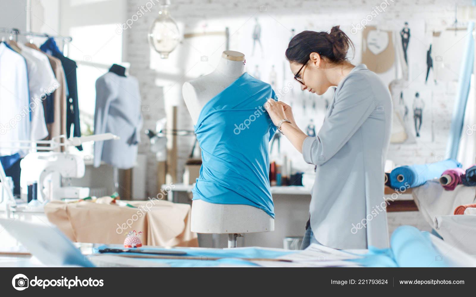 b68433db34da Bela Moda Feminina Designer Ajustando Tecidos Sobre Manequim Sob Medida —  Fotografia de Stock