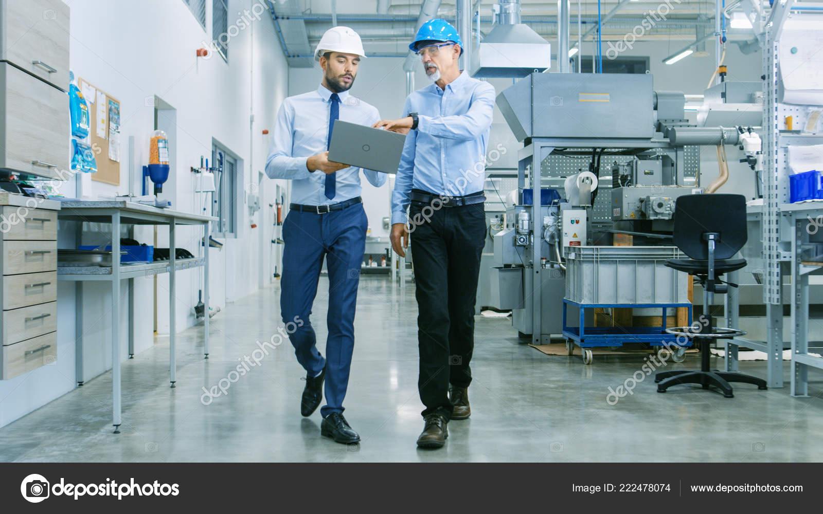 Zadní Pohled Vedoucího Projektu Laptop Diskusi Podrobnosti Produktu Hlavní  Inženýr — Stock fotografie 0890b3903b