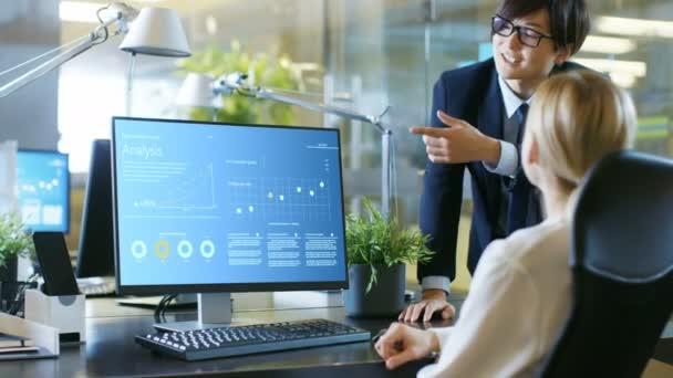 A a Hivatal üzletasszony ült a pult tárgyalásokon menedzsere a statisztikai növekedés találat-a személyes számítógép képernyőjén. Professzionális üzletemberek, elegáns irodájában.