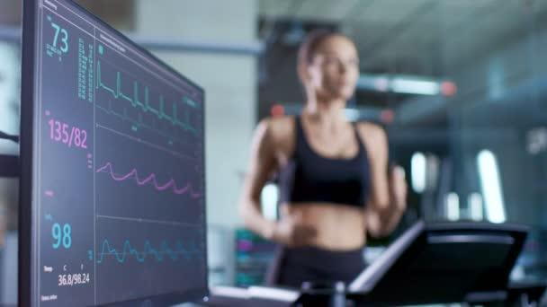 Monitor medico Mostra Ekg lettura di un atleta donna in esecuzione su un tapis roulant. Concentrarsi sul Monitor