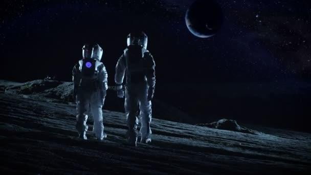 Besatzung von zwei Astronauten in Raumanzügen stehend auf fremden Planeten und Blick auf die möglicherweise bewohnbaren Planeten. Hightech-Konzept der Mond Kolonisation und Raumfahrt.