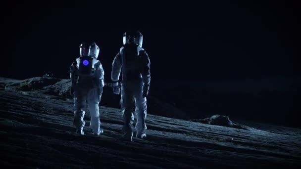 Zwei Astronauten in Raumanzügen stehen auf fremden Planeten Außerirdische Gelände zu beobachten. Raumfahrt und Außerirdische Besiedlung Konzept.