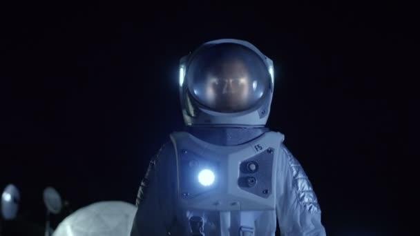 Mutiger Astronaut im Raumanzug spaziert auf der Oberfläche des fremden Planeten. die Erforschung neu entdeckter Planeten. Raumfahrt und außerirdisches Kolonialkonzept.