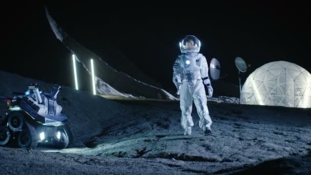 Weibliche Astronauten zu Fuß auf den fremden Planeten schaut sich verwundert um. In den Wohnräumen Hintergrund. Raumfahrt, interstellaren Erforschung und Kolonisierung Solar Systemkonzept.