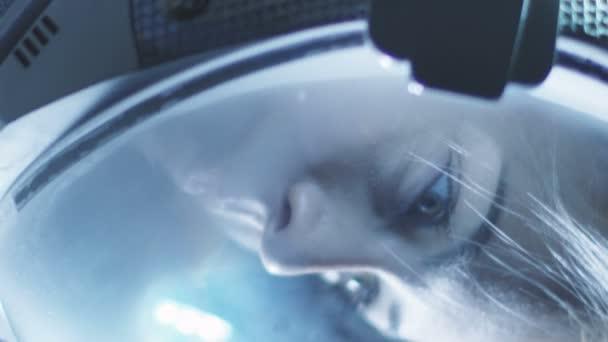 Die Spinnerei Porträtaufnahme des schönen weiblichen Astronauten Helm im Raum, schaut sich verwundert um. Raumfahrt, Erforschung und Kolonisation Solar Systemkonzept.