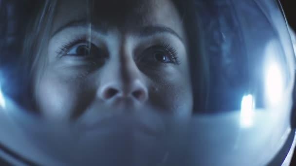 Porträtaufnahme des mutigen weibliche Astronauten Helm im Raum, schaut sich verwundert um. Raumfahrt, Erforschung und Kolonisation Solar Systemkonzept.