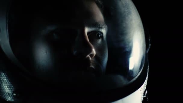 Porträtaufnahme des Courageuos Astronauten Helm im Raum, schaut sich verwundert um. Raumfahrt, Erforschung und Kolonisation Solar Systemkonzept.