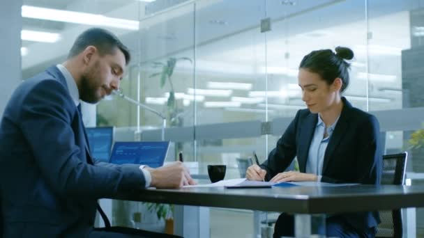 V kanceláři podnikatelka a podnikatel si konverzaci vyhotovení smlouvy, podepisovat dokumenty, uzavřete dohodu, dokončit transakci, potřást rukou. Stylový lidé v moderní konferenční místnosti.