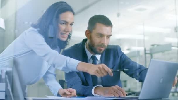 V Office manažerka konzultace podnikatel sedí u stolu jeho práci na notebooku se jim podaří dokončení projektu a odletují navzájem.