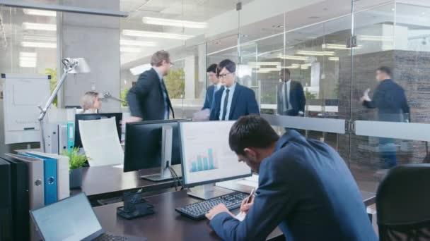 Filmati di Speed-up di una giornata di lavoro nella grande sede centrale. Team di talento Business persone lavoro diversificato alle loro scrivanie, avere incontri, discussioni