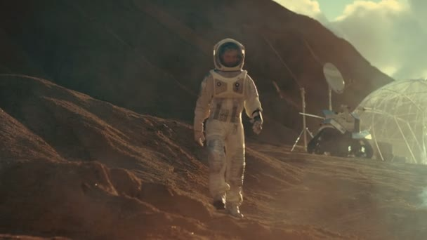Astronaut geht auf die Expedition, felsigen Planeten zu erkunden. Im Hintergrund seine Basis und Ai angetriebene Rover. Futuristische Kolonisation Konzept.