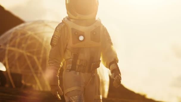 Astronaut Weltraum Anzug geht auf dem roten Planeten / Mars. Im Hintergrund seine Basis mit Rover geparkt, Sonne heiße rote Tageslicht.