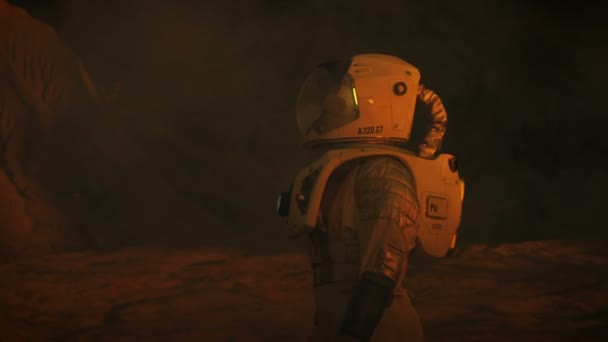 Weibliche Astronauten tragen Raumanzug erforscht Mars / Red Planet. Um sie herum sieht unheimlich, dunkle unbekannte Dinge. Space Exploration Theme.