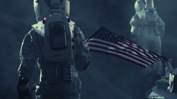 Zwei Astronauten zu fremden Planeten erkunden. Eine tragende amerikanische Flagge. In der Nähe von zukünftigen und technischen Fortschritt bringt Exploration, Travel, Kolonisation Raumkonzept.