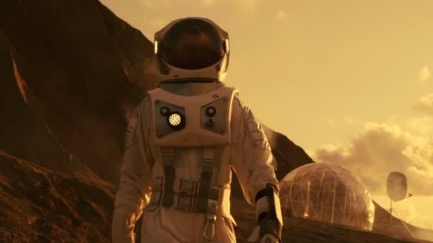 Astronauten auf dem Mars zu Fuß auf die Forschungsreise. Im Hintergrund seine Basis / Forschungsstation. Erste bemannter Mission zum Mars, technologischen Fortschritt bringt Kolonisierung des Weltraums,.