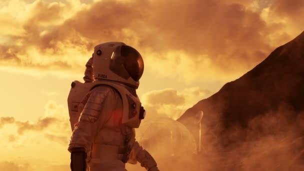 Handheld-Seitenansicht Schuss des Astronauten aufsteigender Berg auf dem Mars / Red Planet. Erster Mensch auf fremden Planeten, die Schwierigkeiten zu überwinden.