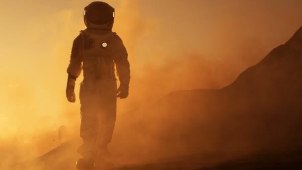 Stolz Astronaut geht sicher auf der Marsoberfläche. Red Planet bedeckt in Gas und Gestein, Überwindung von Schwierigkeiten, wichtiger Moment für die Menschheit.