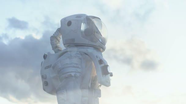 Mittlere Aufnahme weibliche Astronauten im Raumanzug gefrorenen außerirdischen Planeten umzusehen. Fortschrittliche Technologien, Raumfahrt, Kolonisation Konzept.