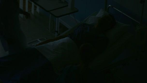 Pohotovost v nemocniční lékař a zdravotní sestra Rush do sboru bezpečné umírání pacienta. Člověk je ležící na posteli bez známek života. Lékaři udělat vše, aby ho resuscitovat.