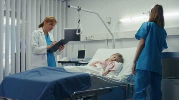 Женщин на медкомиссии видео, голые жопы снимают трусики