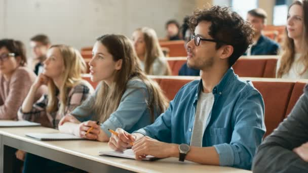 Egyetemi előadás Hall több etnikai csoport diákoknak figyelmesen hallgatták. Nézőtér tele van intelligens fiatal ember buzgó-hoz megtanul.