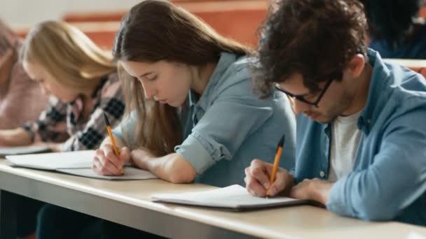 Sor Multi etnikai diákok az osztálytermekben vizsga / teszt / írás jegyzetfüzet. Egyetemi tanulmányait fényes a fiatalok.