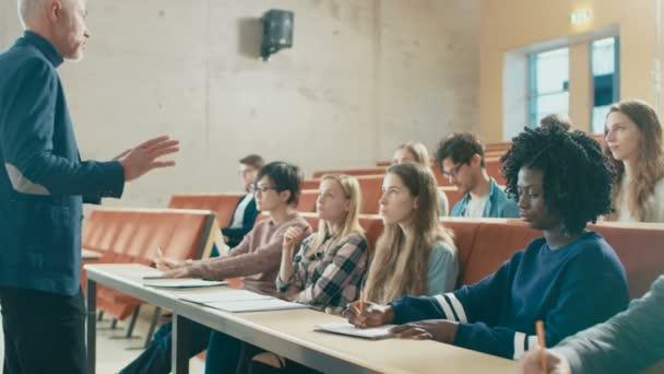 Egyetemi professzor tart előadást a tantermi teljes Multi etnikai diákok. Kiemelkedő előadó világos fiatalok oktatására.