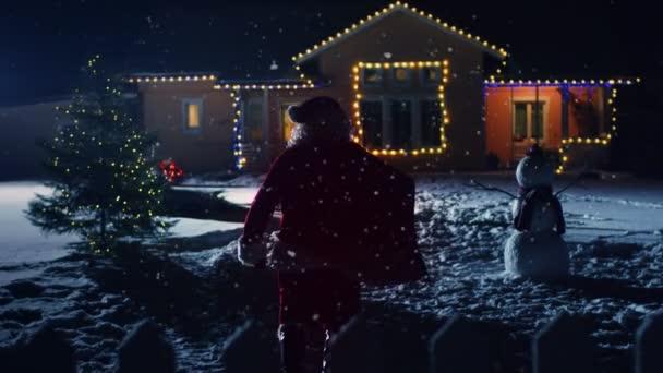 Alacsony szögből készült felvételeket a Mikulás piros táska, besétál a Front Yard a idilli ház díszítik fények és a koszorúkat. Télapó hozza az ajándékokat, és bemutatja az éjszaka. Varázslatos Szilveszter, esik a hó.