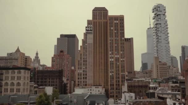 Letecká pohyblivá střela z New Yorku s velkými budovami a mrakodrapy. Cityscape městského města.