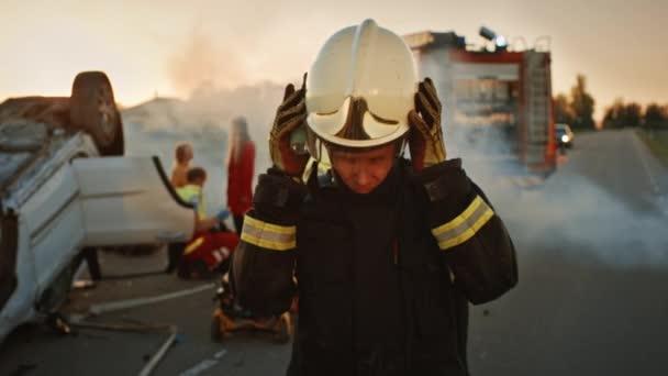 Portrét statečného hasičů sundal si helmu. V pozadí odvážné hrdiny Paramedics a hasiči záchranný tým boj s ohněm, kouř a záchrana životů lidí.