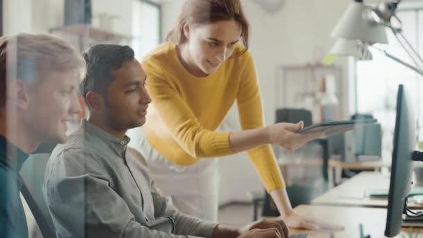 Talentovaný podnikatel, který pracuje na svém stolním počítači s vedoucím projektu a vedoucím týmu, který stojí vedle něj, má diskusi a hledá řešení problémů. Brilantní lidé pracující v sadě Office