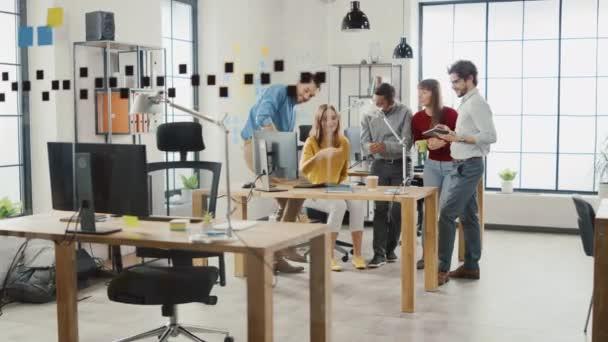 Ve stylové kanceláři: rozmanitá skupina obchodních kolegů má schůzku. Multietnický tým podnikatelů používat stolní počítač, chat a sledovat videa, diskutovat strategie statistického růstu při spuštění