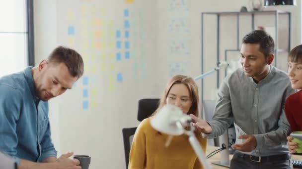 V moderní kanceláři: různé skupiny obchodních kolegů mají schůzku, diskutují průběh projektu, řízení zkušeností zákazníků, růst spouštění a optimalizaci strategie. Zpomaleně