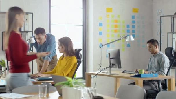 Skupina profesionálních zaměstnanců práce na stolních počítačích, procházení zaneprázdněná kancelář. Rozhovor s kolegy, navrhování softwaru, provádění zákaznické podpory, posílání klientů, prodej marketingu