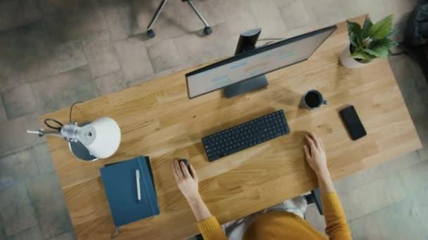 Felső nézet kicsinyítése shot az Office: sokféle üzleti Startup alkalmazottak ül az íróasztalok dolgozó asztali számítógépek. Stílusos és modern Office Loft-val profik doing munkájuk