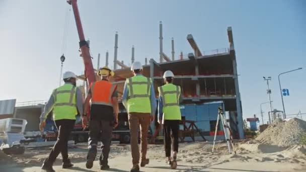 Rozmanitý tým specialistů prozkoumat komerční, průmyslové stavební staveniště. Projekt realit s civilním inženýrem, investorem a obchodní ženou. Ve formací rámy na pozadí mrakodrapu