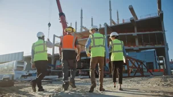 Sokszínű csapata szakemberek vizsgáljuk kereskedelmi, ipari építőipari site. Ingatlan projekt építőmérnök, befektető és munkás. A háttér Crane, felhőkarcoló zsaluk keretek