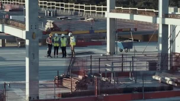 Antenna megtekintése: sokszínű csapata szakemberek beszél a tetőn kereskedelmi, ipari épület/felhőkarcoló Zsűripari site. Ingatlanfejlesztési projekt építőmérnök, befektető, építész és munkás