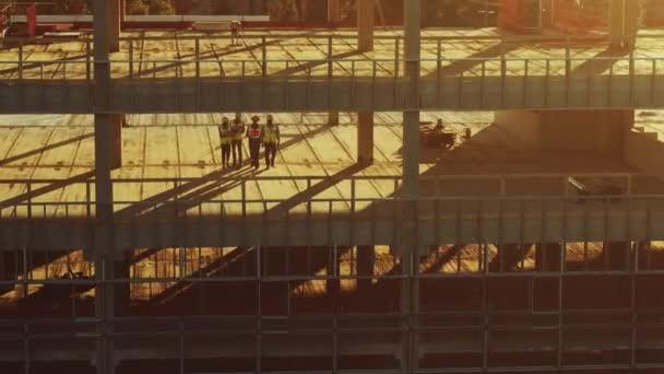 Letecký pohled: Diverse Team of Specialists Inspect Commercial, Industrial Building / Mrakodrap Formwork Construction Site. Vedoucí realitního projektu stavební inženýr, investor, architekt a pracovník