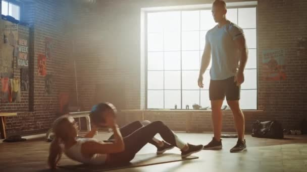 schöne junge Mädchen Übungen mit Personal Trainer, Sit-ups mit Medizinball, werfen Pass hin und her. Fittes und starkes Paartraining. Training von Kraft, Ausdauer und Kraft