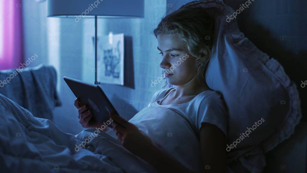 девушка одна ночью в спальне