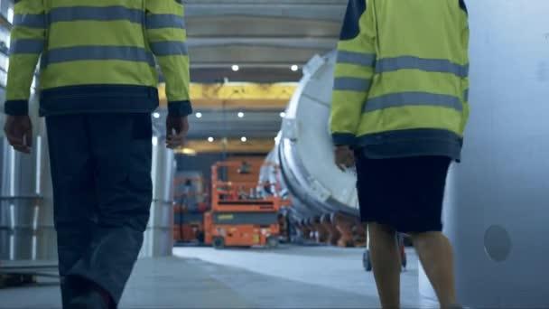 Po záběru těžkých průmyslových inženýrů a dělníků Procházích výrobou trubek. Moderní facilita pro projektování a výstavbu dopravního potrubí ropa, plynárenství a paliv. Nízký úhel